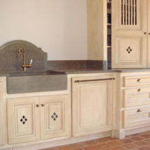 Mobilier cuisine patiné - Peinture intérieure et décoration - Villa privée - Saint-Tropez